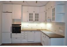 Белая кухня с антресолями