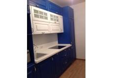 Классическая синяя кухня с белым