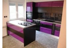 Кухня с островом в ярком стиле