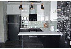 Черно белая кухня с барной стойкой