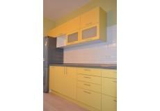 Желтая кухня с серой столешницей