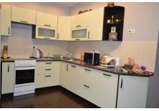 Ванильная кухня с темной столешницей